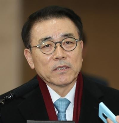 Bank of Korea's Senior Deputy Governor Yoon Myun-shik speaks in a press conference at its headquarters in Seoul, Thursday. Yonhap