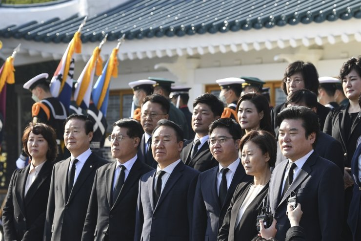 Rep. Won Yoo-chul, front right, leader of the Future Korea Party, a satellite party of the main opposition United Future Party, speaks to reporters after paying respects at the Seoul National Cemetery, Tuesday, together with its proportional representation candidates. Korea Times photo by Lee Han-ho