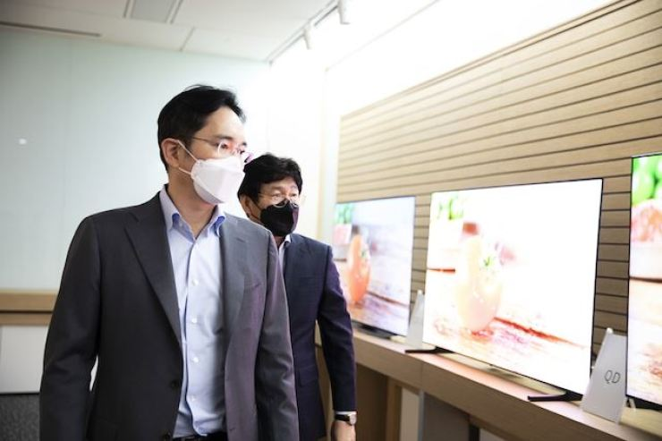 Samsung Electronics Vice Chairman Lee Jae-yong sees display products using QD-LED technology installed in a demo room at Samsung Display's plant in Asan, South Chungcheong Province, in this March 19 file photo. Korea Times file