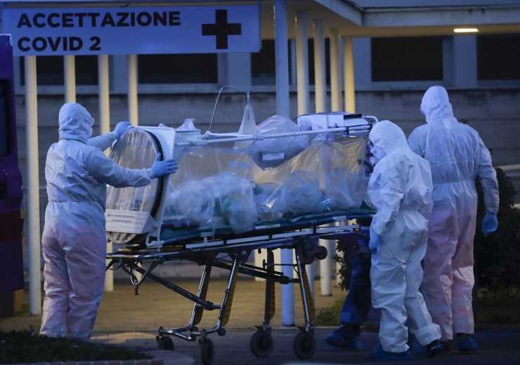 A patient in a biocontainment unit is carried on a stretcher at the Columbus Covid 2 Hospital in Rome, Monday, March 16. / AP-Yonhap