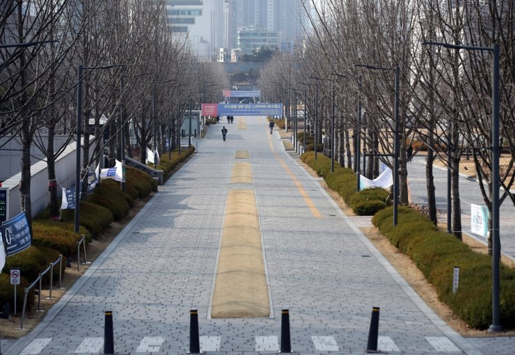 Yonsei University campus in Seoul, where many students are usually crowded during the beginning of the new semester, remains virtually empty, Monday, due to the school's decision to delay the spring semester amid growing fears of the novel coronavirus infection on the campus. /Yonhap