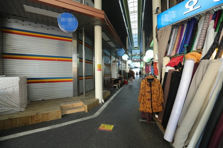 A traditional market is seen nearly empty due to the spread of COVID-19 in Daejeon, March 19. Yonhap