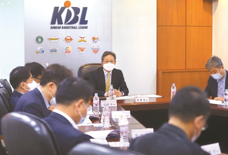 Korea Basketball League (KBL) Commissioner Lee Jung-dae, center, speaks during the league's board meeting at the KBL center in Seoul, Tuesday. / Yonhap