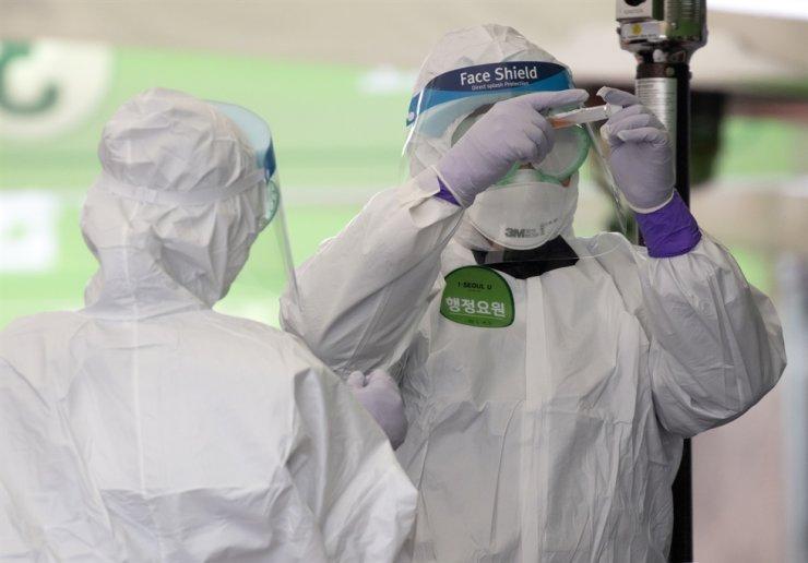 Korea has sent 51,000 coronavirus test kits to the United Arab Emirates in 'emergency exports,' Cheong Wa Dae said. Yonhap