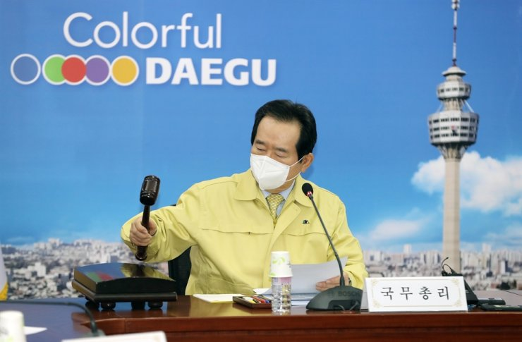 Prime Minister Chung Sye-kyun bangs a gavel at the beginning of the Cabinet meeting in Daegu, Thursday.