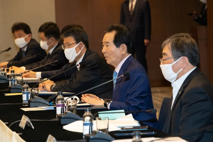 Prime Minister Chung Se-kyun, second from right, speaks during a meeting with heads of financial industry lobby groups at the Korea Federation of Banks headquarters in Seoul, Wednesday. The lobby groups agreed to help the government inject 100 trillion won ($79 billion) in rescue funding for corporate relief. From right are Financial Supervisory Service Governor Yoon Suk-heun, Chung and Financial Services Commission (FSC) Chairman Eun Sung-soo. / Courtesy of FSC