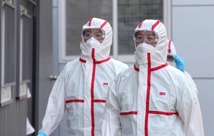Ahn Cheol-soo, right, in full protective gear at Daegu Dongsan Hospital in coronavirus-hit Daegu, on March 3. Yonhap