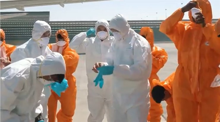Etihad Airways employees get ready to clean and disinfect aircraft. / Captured from https://youtu.be/ZOle-nMR9Ik