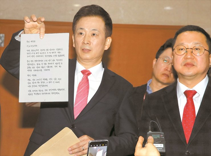Yoo Young-ha, former President Park Geun-hye's lawyer, holds up her letter from prison at the National Assembly in Seoul, Wednesday. / Yonhap