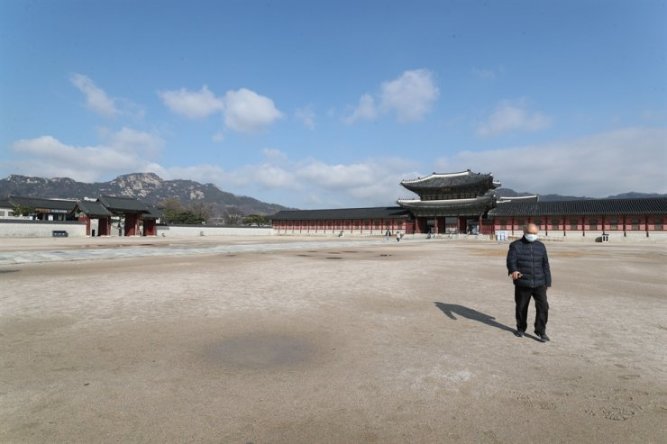The compound of Gyeongbok Palace in Seoul remains almost empty, Saturday, as people avoid crowded places due to fears of the COVID-19 outbreak. / Yonhap