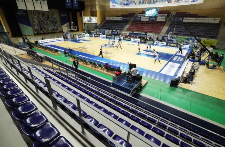 Players of the Samsung Blueminx and Busan BNK Sum face off in the Women's Korea Basketball League match at the Yongin Gymnasium on Feb. 23. The game was played behind closed doors due to the coronavirus. / Yonhap