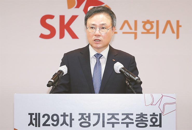 SK Holdings CEO Jang Dong-hyun speaks during the company's annual general meeting at its headquarters in Jongno-gu, Seoul, Wednesday. Yonhap
