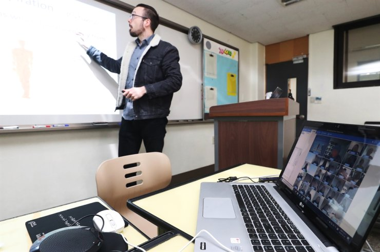 A teacher gives a lecture through online at Gyeonggi Academy of Foreign Languages in Uiwang City, Gyeonggi Province, Thursday. /Yonhap