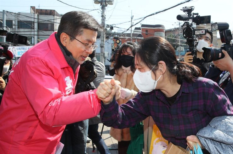 UFP Chairman Hwang Kyo-ahn greets supporters during a campaign event in Gahoe-dong, Jongno-gu, March 25. Yonhap