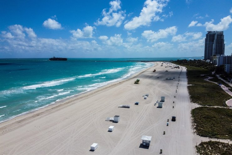 An aerial view shows a deserted beach in Miami Beach, Florida, on March 20, 2020. Miami Beach Mayor Dan Gelber warned of 'devastating consequences' over the virus and ordered bars and gyms to close this week, telling springbreakers: 'You've got to think about the person next to you and even the person you don't know.' (Photo by CHANDAN KHANNA / AFP)