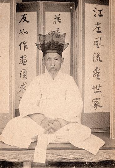 A Korean aristocrat and his family, circa 1900s. Robert Neff Collection
