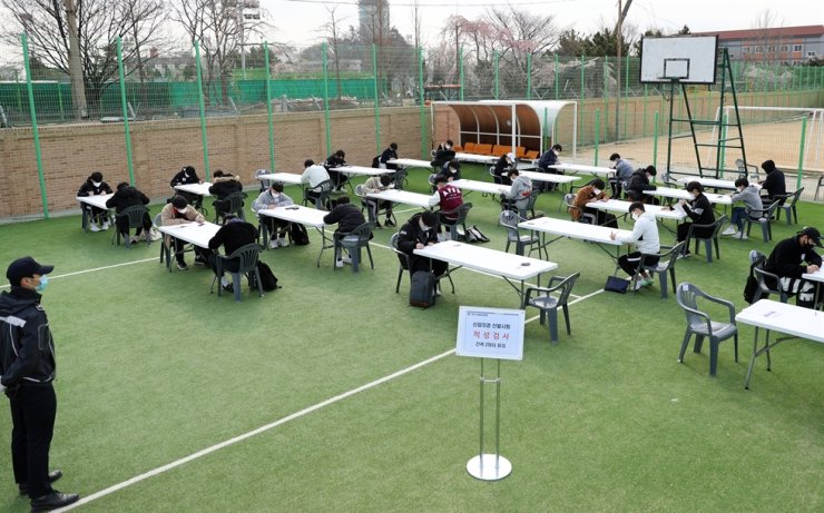 Candidates take Korea Coast Guard auxiliary police recruitment exam in Incheon, South Korea, April 7, 2020. South Korea reported 47 new COVID-19 cases compared to 24 hours ago as of midnight Tuesday local time, raising the total number of infections to 10,331. The newly confirmed cases stayed below 50 for the second consecutive day. Of the total, 17 were imported cases. (NEWSIS/Handout via Xinhua)