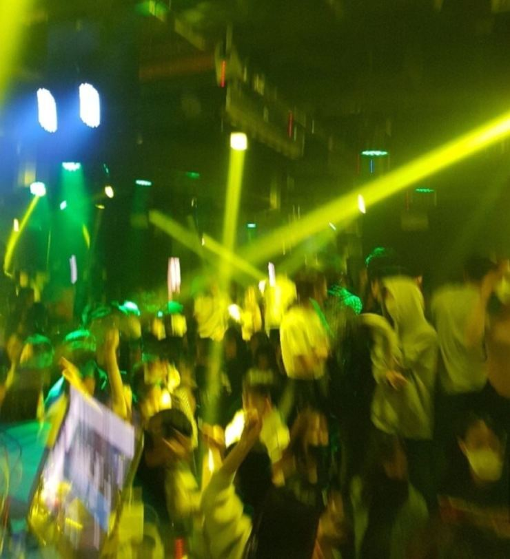 Young people dance at a nightclub in Gangnam, Seoul, on April 4. Captured from an online community website