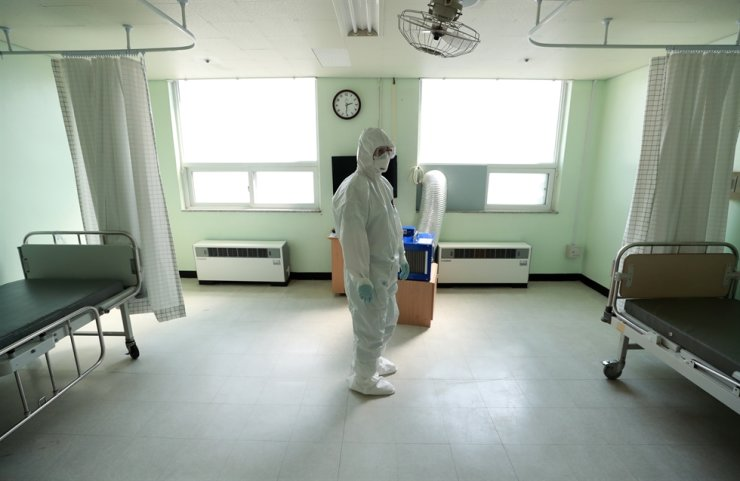 A medical worker at an empty treatment room in Daegu Military Hospital after patients left in good shape on April 9. Yonhap