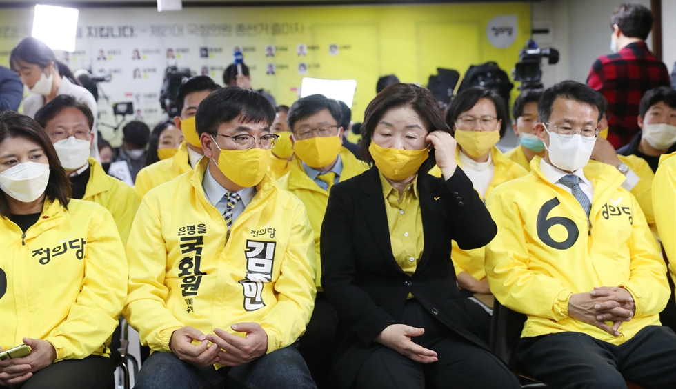 Members of the ruling Democratic Party of Korea applaud at National Assembly, Wednesday, after exit polls predicted the party's landslide win in the general election. Korea Times photo by Shim Hyun-chul