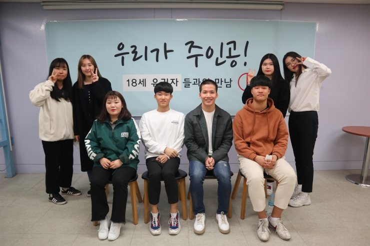 Eighteen-year-olds have been given the right to vote in this year's general election for the first time in Korea after the National Assembly passed an electoral reform bill lowering the voting age to 18 from 19 last year. Korea Times file