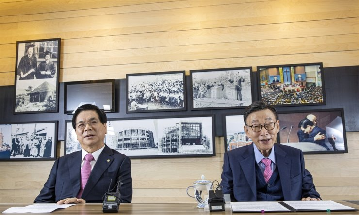 David Yonggi Cho, right, and Lee Young-hoon, two of the most influential Christian leaders in Korea and senior pastors of the Yoido Full Gospel Church, smile during a recent interview at the church office in Seoul. Korea Times photo by Shim Hyun-chul