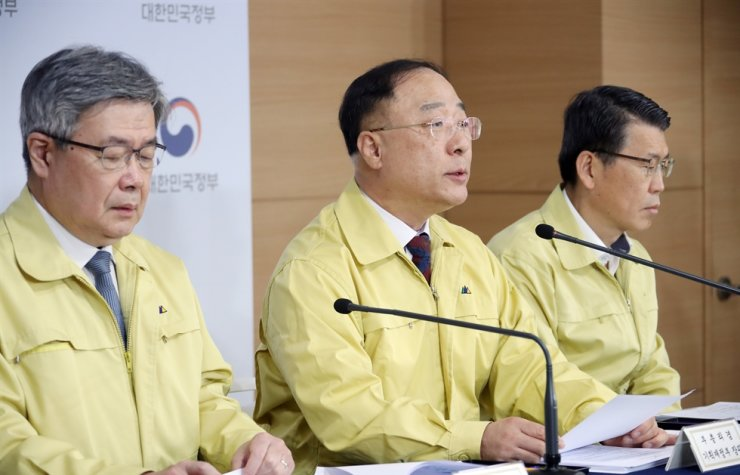 Finance Minister Hong Nam-ki, center, Financial Services Commission (FSC) Chairman Eun Sung-soo, right, and Employment Minister Lee Jae-kap give a joint briefing at the Seoul Government Complex, Wednesday. Yonhap