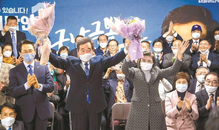 Ruling Democratic Party of Korea candidate Lee Nak-yon holds up a bouquet of flowers at his election office in Jongno, Wednesday, after his almost certain victory over Hwang Kyo-ahn, chairman of the main opposition United Future Party, for a National Assembly seat representing the central Seoul constituency in the general election Wednesday. / Korea Times photo by Choi Won-suk