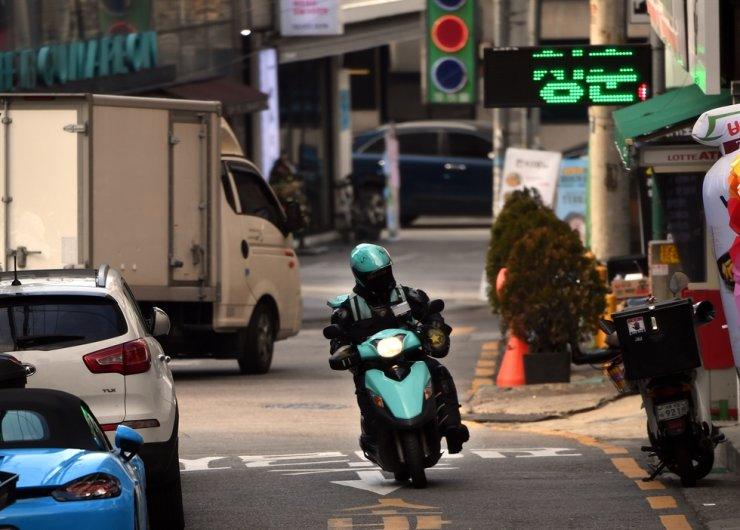 A Baedal Minjok delivery man rides a scooter to deliver orders in Gangnam, Seoul, on Jan. 22. / Korea Times photo by Koh Young-kwon