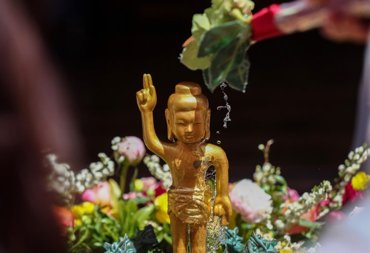 A Buddhism follower washes a small statue of Buddha in a celebration for Buddha's 2564th birthday in the main hall of Jogye temple in downtown Seoul, Thursday. Leaders of the religion called for concerted nationwide efforts to overcome the pandemic and help affected people. Major Buddhism sects observed the holiday without large-scale ceremonial gatherings to prevent the spread of the coronavirus. Korea Times photo by Shim Hyun-chul