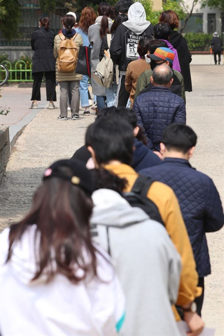 Voters line up to cast their ballots at a polling station in Seoul's Mapo-gu, Wednesday, in this year's general election to form the 21st National Assembly. Yonhap