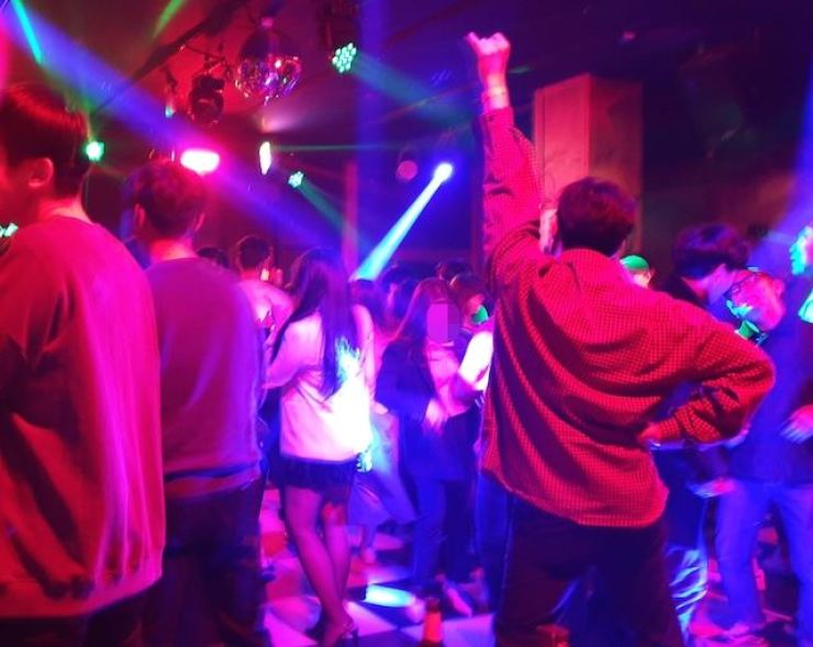 Seoul Mayor Park Won-soon on Wednesday issued a de facto business suspension order on clubs and bars across the city following COVID-19 infections linked to a bar in the ritzy neighborhood of Gangnam. Korea Times file