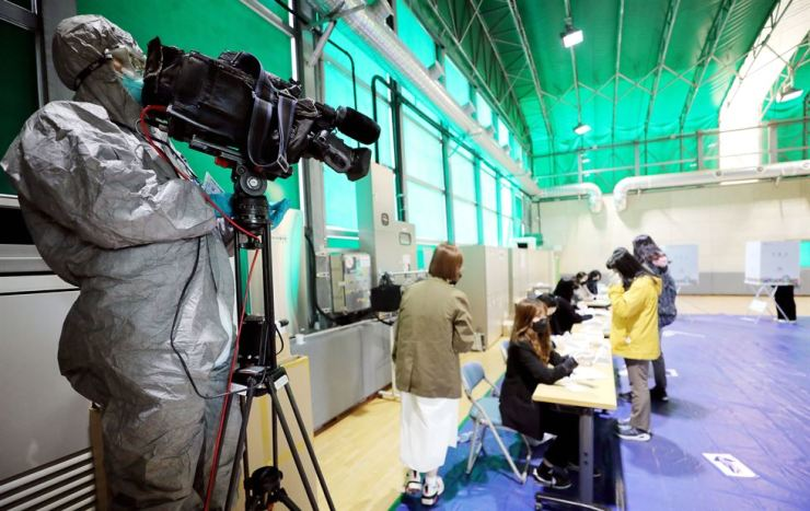 A camera journalist from a foreign media at a polling stating, Wednesday/ Yonhap