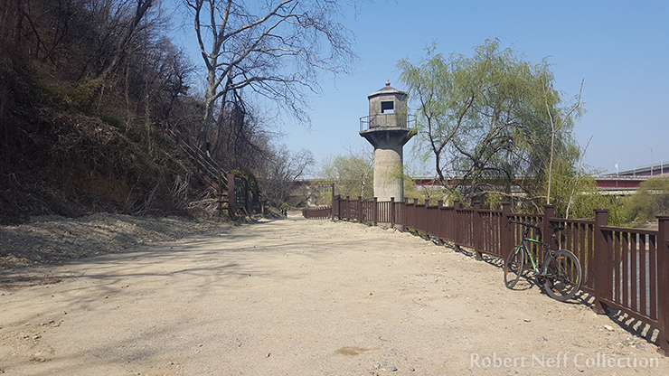 The Han River water-level monitoring tower near Mapo. Robert Neff Collection, May 2018