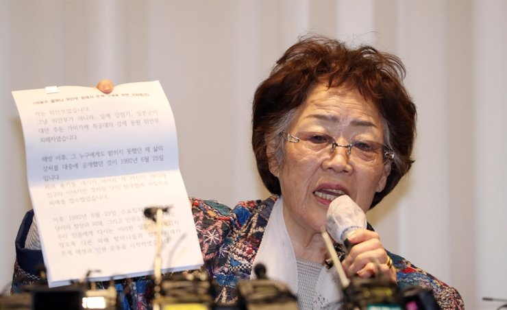 Lee Yong-soo, a surviving victim of Japan's wartime sex slavery, speaks during a news conference at a hotel in Daegu, Monday, criticizing the Korean Council for Justice and Remembrance for the Issues of Military Sexual Slavery by Japan for failing to care for the victims. / Yonhap
