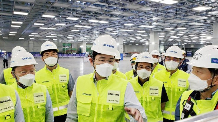 Samsung Electronics Vice Chairman Lee Jae-yong, center, inspects the company's chip factory in China's Xian, some 1,000 kilometers southwest of Beijing, on Monday. Courtesy of Samsung Electronics