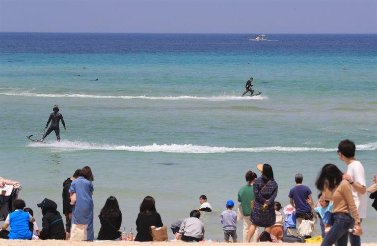 Tourists crowd Hamdeok Beach on northern Jeju Island, Thursday. Yonhap