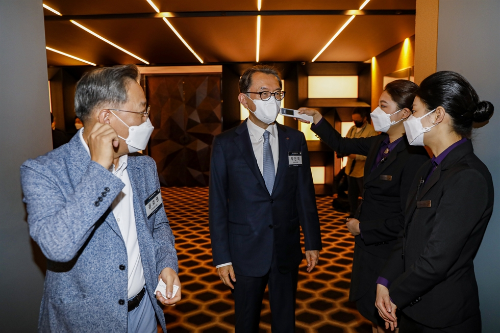 Dignitaries wearing masks pose during the 2020 Korea Times Forum at The Plaza Seoul, Thursday. From left are Hana Bank CEO Ji Sung-kyoo, Export-Import Bank of Korea CEO Bang Moon-kyu, Suhyup Bank CEO Lee Dong-bin, Korea Times Managing Editor Shim Jae-yun, McKinsey & Company Korea Managing Partner Choi Won-sik, Second Vice Minister of Economy and Finance An Il-whan, Lotte Corporation CEO Song Yong-dok, K bank CEO Lee Mun-whan, Indonesian Ambassador to South Korea Umar Hadi, KakaoBank CEO Yun Ho-young, EDGC CEO Shin Shang-cheol, Shinhan Financial Group Chairman Cho Yong-byoung, Chinese Ambassador to South Korea Xing Haiming, Citibank Korea CEO Park Jin-hei, Korea Network of Women in Finance Chairwoman Kim Sang-kyung, Korea Federation of Banks Chairman Kim Tae-young, Korea Times President and Publisher Oh Young-jin, AMCHAM Korea Chairman James Kim, NongHyup Financial Group Chairman Kim Gwang-soo, KB Financial Group Chairman Yoon Jong-kyoo, Woori Financial Group Chairman Son Tae-seung, AMCHAM Korea Chairman of the Board Jeffrey Jones, POSCO Senior Executive Vice President Chung Chang-hwa, KAMCO CEO Moon Sung-yu, Kuwaiti Ambassador to South Korea Bader Mohammad Al-Awadi, KIC CEO Choi Hee-nam, Qatari Ambassador to South Korea Mohammed Ahmad Al-Hayki and Mexican Ambassador to South Korea Bruno Figueroa Fischer. / Korea Times photo by Shim Hyun-chul
