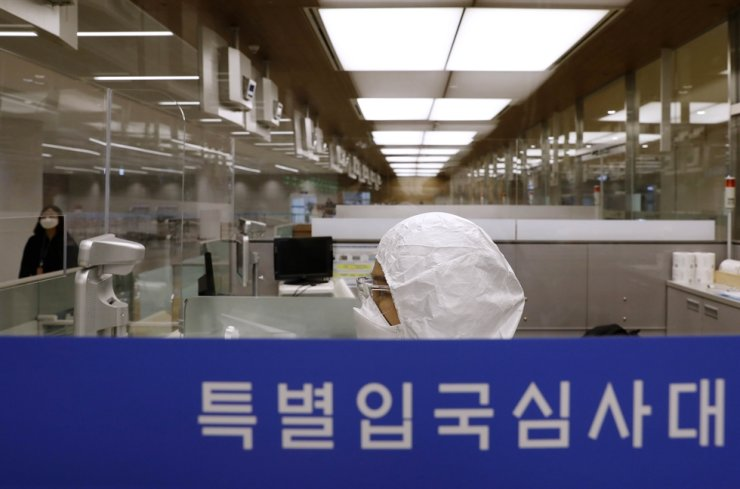 An entry clearance officer wait for visitors from overseas at Incheon International Airport, April 8. Korea Times photo by Shim Hyun-chul