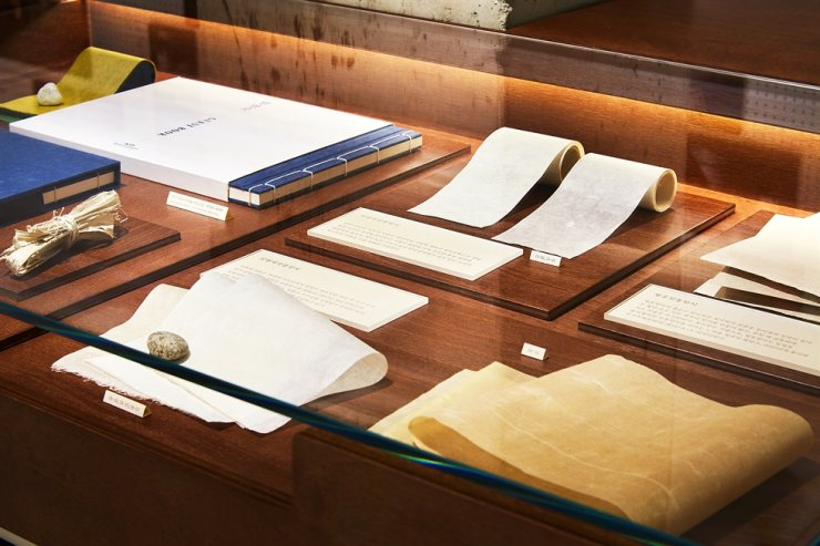 A hanji archive where visitors can get access to detailed information about different types of hanji and the raw materials used for its production is situated in the basement of the Hanji Culture and Industry Center. Courtesy of HCIC