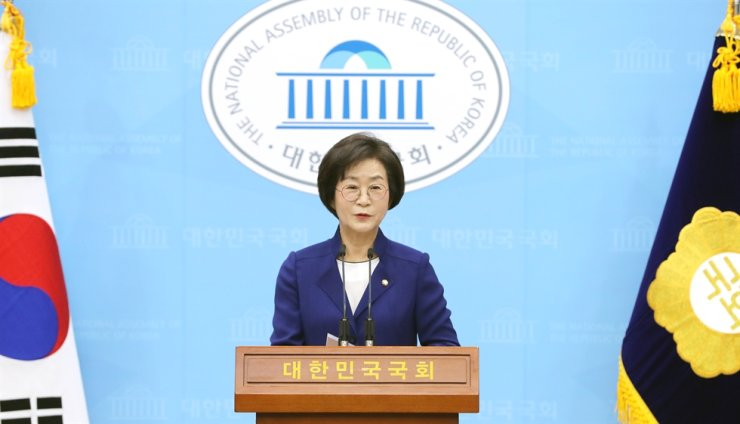 Rep. Kim Sang-hee, a three-term lawmaker of the ruling Democratic Party of Korea (DPK), holds a press conference at the National Assembly in Seoul, May 15, to declare her bid to run in the party race for the National Assembly deputy speaker position in the upcoming 21st National Assembly. Kim has become the only candidate, as the other male candidates from the party dropped out of the race. Yonhap