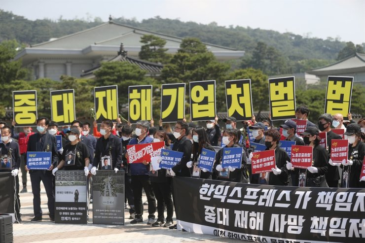 Family members of victims of a warehouse fire in Icheon, Gyeonggi Province, demand justice for their deceased kin during a press conference at the fountain square in front of Cheong Wa Dae, Friday. They demanded Han Express, the owner of the building, be held accountable for the fatal accident. The bereaved families also urged the government to determine the exact cause of the accident and take measures to prevent a recurrence of such a tragedy. / Yonhap