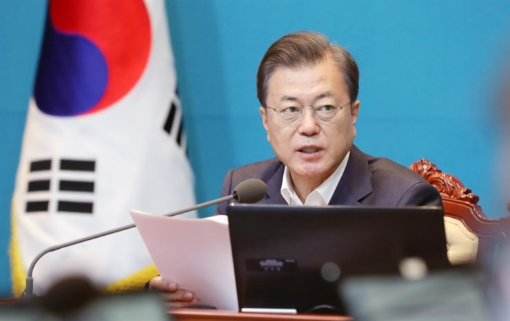 President Moon Jae-in speaks during a meeting with senior secretaries at Cheong Wa Dae, Monday. His approval rating exceeded 70 percent according to an opinion poll released Friday. Yonhap