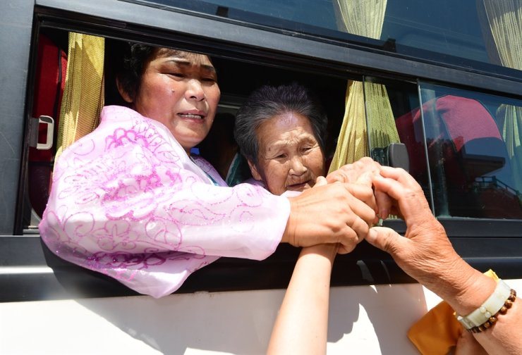 People living in North Korea hold hands of their separated family members in the South while bidding farewell following a three-day reunion event at Mount Geumgang Hotel in the North, Aug. 26, 2018. / Joint Press Corps