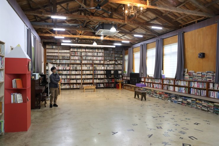 A visitor looks at books at Book Village Haeri in Gochang, North Jeolla Province. / Courtesy of Korea Tourism Organization