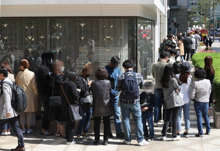 People queue in front of Lotte Department Store in Myeong-dong, Seoul, Wednesday, to buy Chanel items before a price markup went into effect Thursday. / Yonhap