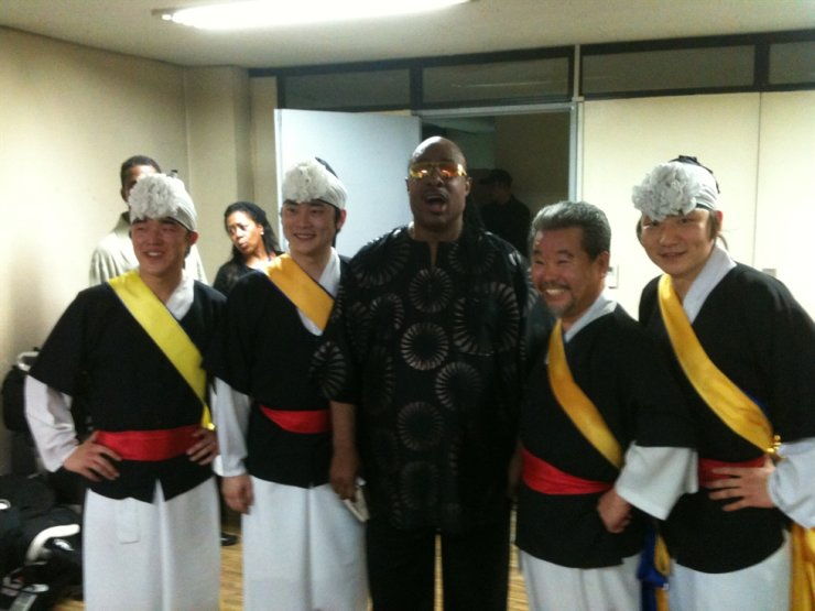 Kim Duk-soo, second from right, and Stevie Wonder, center, pose before they perform together in Seoul on Aug. 11, 2010. Courtesy of SamulNori Hanullim