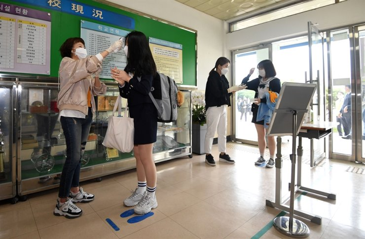 All people coming into the building are subject to a temperature check. Korea Times photo by Shim Hyun-chul