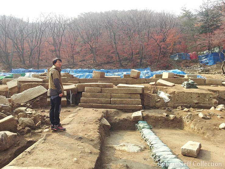 Hyunuk Park explaining the excavation of the site. November 2014. Robert Neff Collection