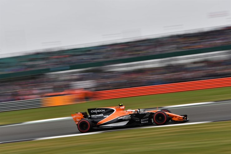 McLaren's Belgian driver Stoffel Vandoorne drives during the qualifying session at the Silverstone motor racing circuit in Silverstone, central England ahead of the British Formula One Grand Prix, July 15, 2017. / AFP-Yonhap